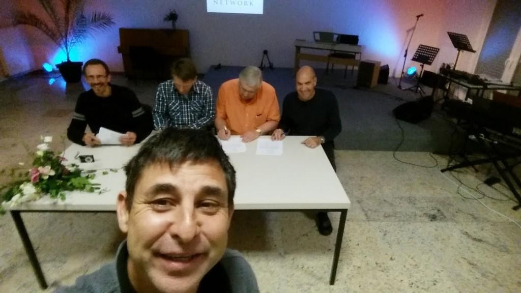 Greg Nemer está contento mientras estan firmando el memorando de entendimiento el 29 de Octubre, 2014